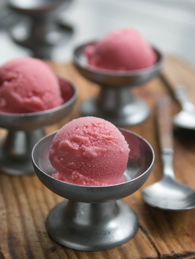 Strawberry meringue frozen yogurt recipe-4