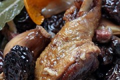 duck with prunes in red wine